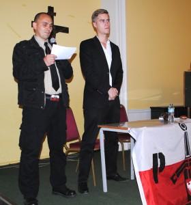Podczas modlitwy żołnierzy NSZ. Członkowie londyńskiego stowarzyszenia Patriae Fidelis (z prawej Jurek Byczyński, lider grupy), zajmującego się promowaniem wiedzy o polskiej historii najnowszej i postaw patriotycznych.
