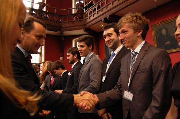Minister  Sikorski wręczył odznaczenia najbardziej zasłużonym w ramach społeczności studenckich / fot. Magdalena Grzymkowska