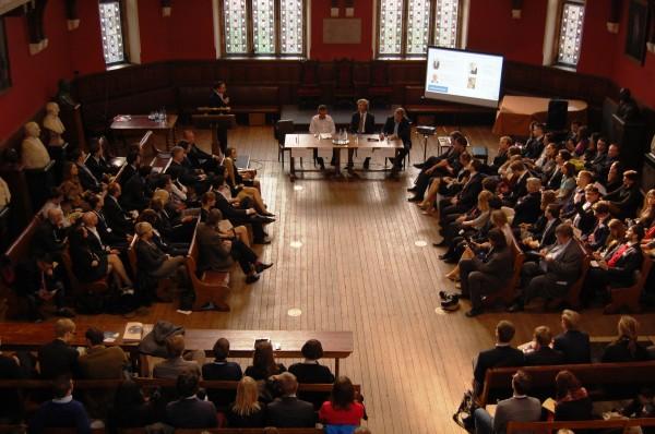 Przedsiębiorcy podczas panelu biznesowego namawiali studentów zgromadzonych w Oxford Union do powrotu do Polski / fot. Magdalena Grzymkowska