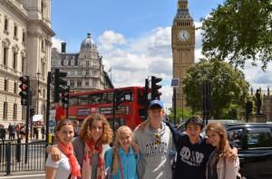 dr Bagniewska ze studentami na wycieczce w Londynie